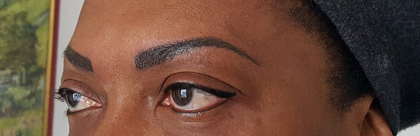 Maquillage semi-permanent:<br /> - Sourcils en poil &agrave; poil.<br /> - EYE liner sup&eacute;rieur, inf&eacute;rieur.
